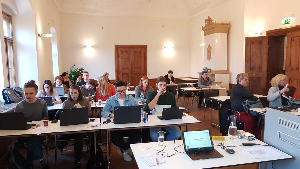 Studenten während der Vorlesung International SEO im Schloss Urstein.